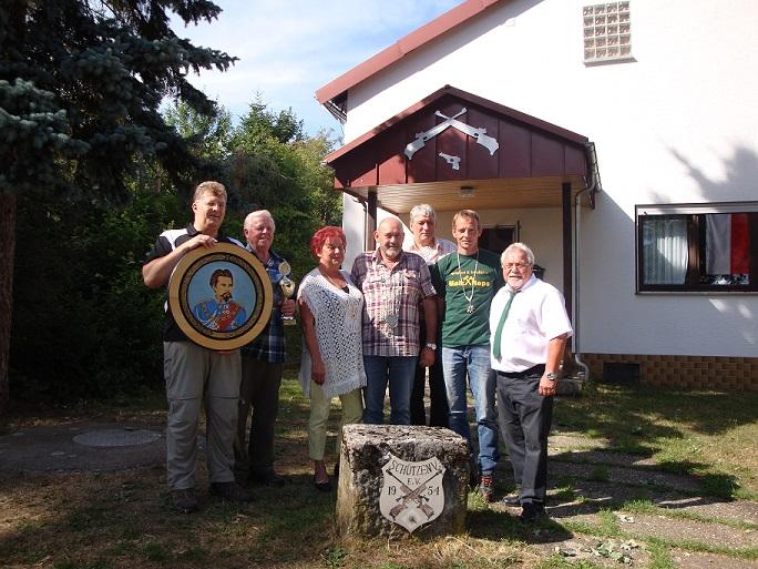 v.l.n.r. Christian Obert (Königsscheibe), Raimund Obert (Karl-Herdt-Pokal), Brigitte Kühnelt (2. Ritter), Willi Zoller (Schützenkönig), Günter Brohmann (Großkaliber-Wanderpokal), Uwe Schmitt (1. Ritter), Franz Schuhmann (2. Schützenmeister)