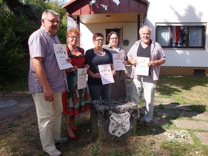 v.l.n.r: Manfred Höfling (40 Jahre), Sonja Durchholz (25 Jahre), Elfie Egert (40 Jahre), Julia Schuhmann (25 Jahre), Herrmann Groetsch (50 Jahre), Auf dem Bild fehlen: Werner Appel (50 Jahre), Rainer Meltsch (50 Jahre), Berta Imhof (50 Jahre), Elisabeth Herdt (25 Jahre), Theodor Betz (60 Jahre), Wolfram Ruppert (40 Jahre), Tobias Höfling (25 Jahre), Maria Steppan (40 Jahre), Michael Steppan (40 Jahre)